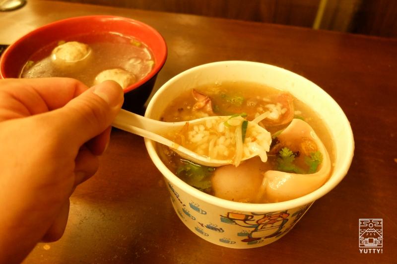「二四伝統小吃」のイカあんかけ雑炊と貢丸湯の写真