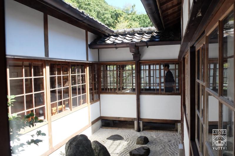 台湾北投温泉の北投文物館の中庭の写真