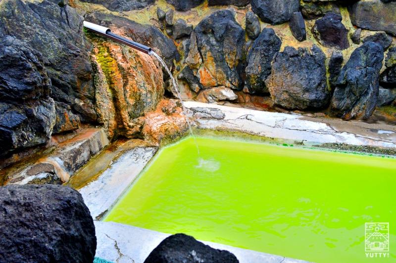 国見温泉 石塚旅館のグリーンの温泉の写真