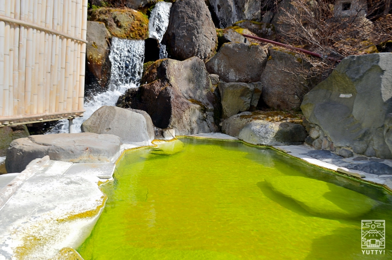 熊の湯温泉「熊の湯ホテル」のグリーンの温泉の写真