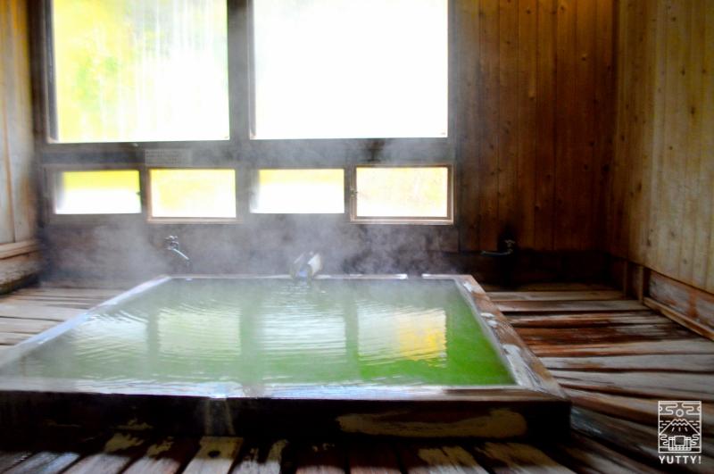 五色温泉「五色の湯旅館」のグリーンの温泉の写真