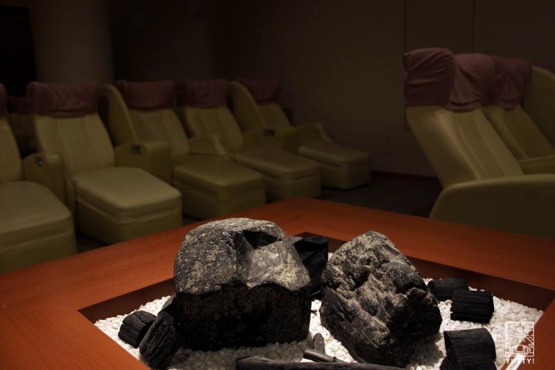 豊島園 庭の湯のクローズドリラクゼーションエリアの天然石・炭のディスプレイの写真