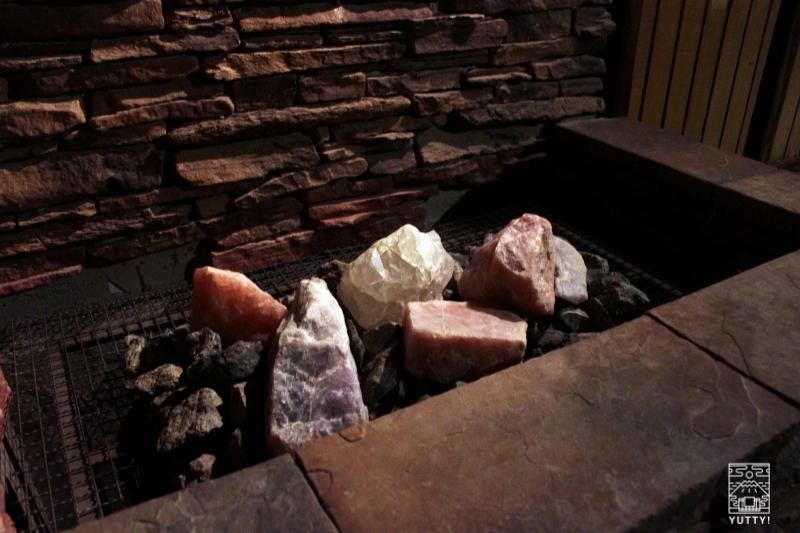 豊島園 庭の湯のサウナ内の天然石の写真