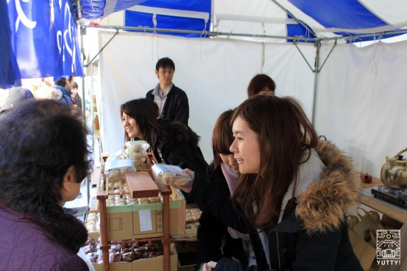 東大温泉サークルOKRの模擬店の店員の写真