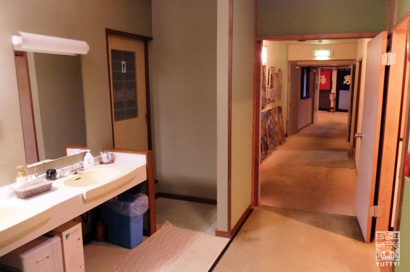 梅ヶ島温泉【湯の宿いちかわ】の浴場へ続く廊下の写真