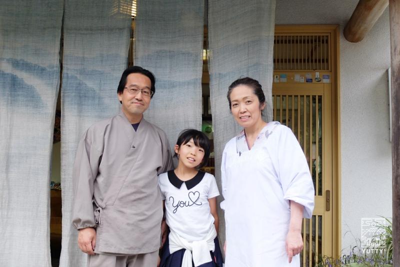 コンヤ温泉【大野木荘】のオーナーご夫婦と娘さんの写真