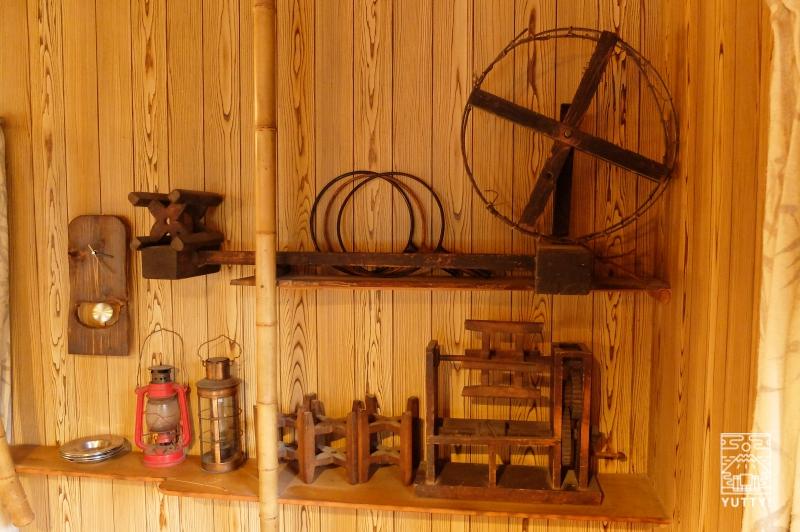 コンヤ温泉【大野木荘】のかつて猟師さんや農家さんの使っていた道具の写真
