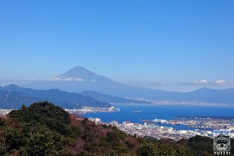 富士山と清水の街並みの写真