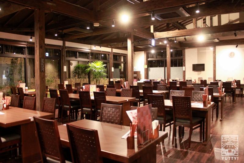 レストラン「旬菜亭」のテーブル席の写真