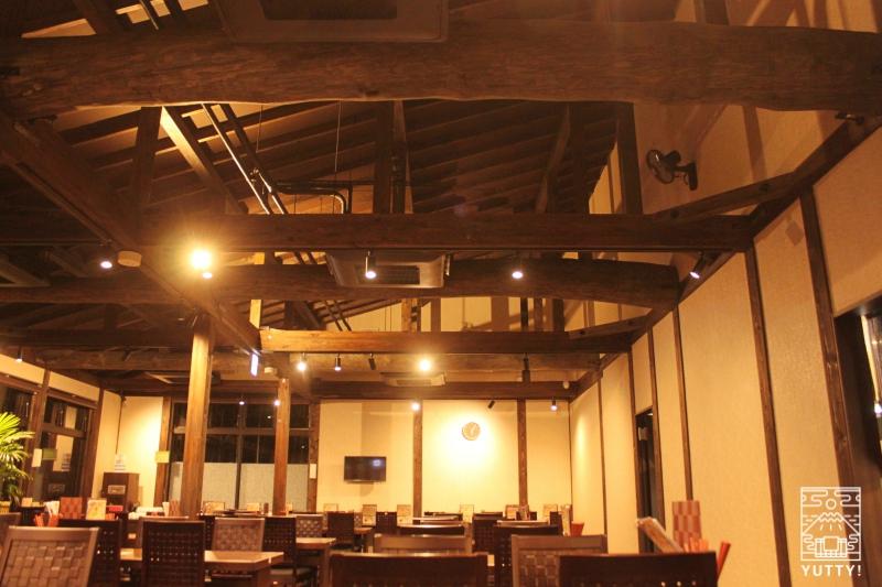 レストラン「旬菜亭」のテーブル席の天井をうつした写真