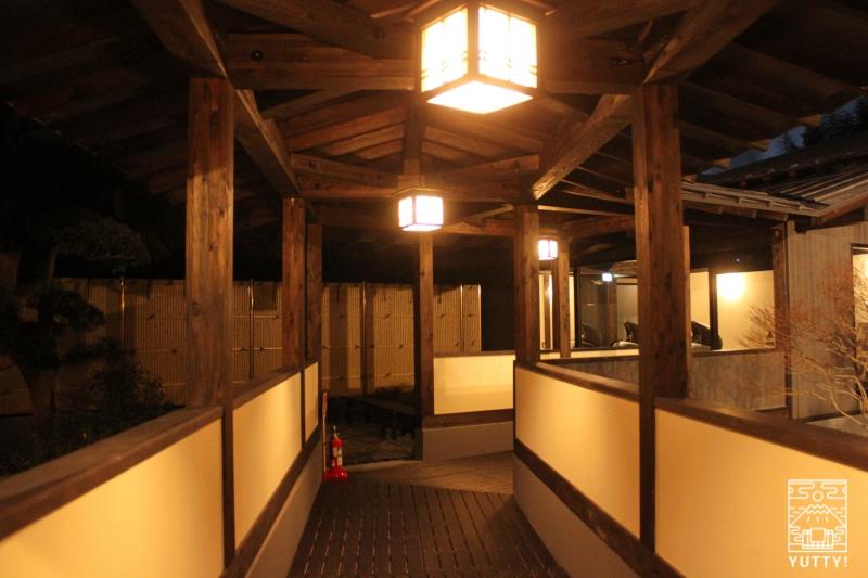 【佐倉天然温泉 澄流】の夜の渡り廊下の写真