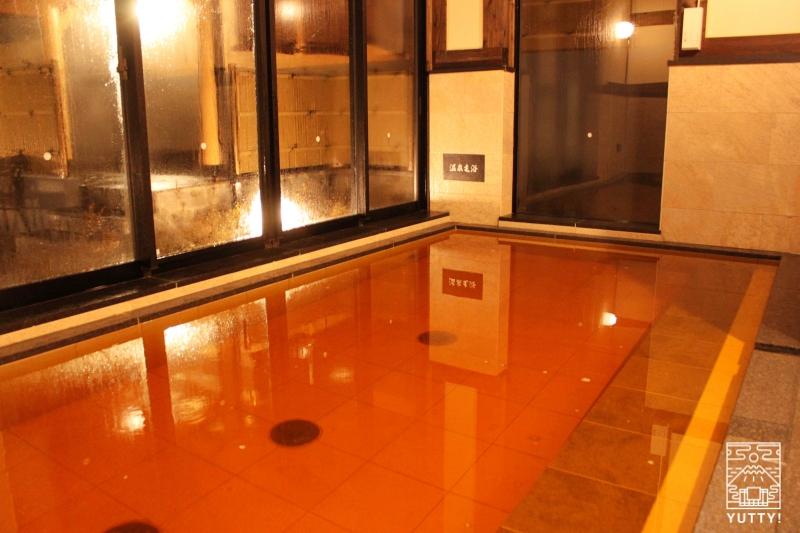 【佐倉天然温泉 澄流】の大浴場の湯船(琥珀色の源泉湯)の写真