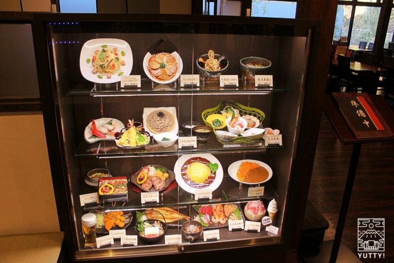 レストラン「旬菜亭」のショーウィンドウに飾られている食品サンプルの写真