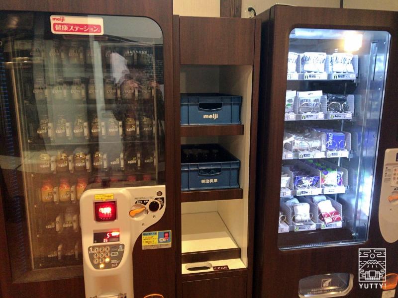 【佐倉天然温泉 澄流】のビン牛乳やアメニティの自動販売機の写真