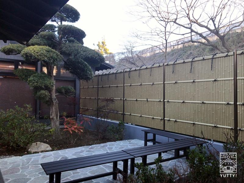 【佐倉天然温泉 澄流】の中庭の休憩スペースの写真