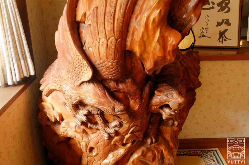 おもいでの宿 湯の島館 の館内の木製の調度品の写真