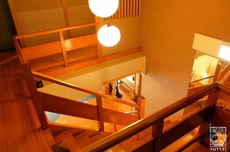 おもいでの宿 湯の島館 の館内にある階段の写真