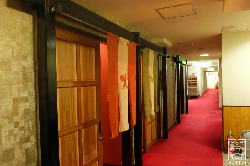 湯の島館の温泉が並ぶ廊下の写真