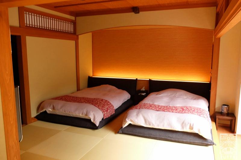 おもいでの宿 湯の島館 の客室「和ーなごみー」のベッドルームの写真