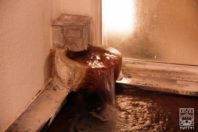 秘境温泉【油山苑】の流れるお湯の写真