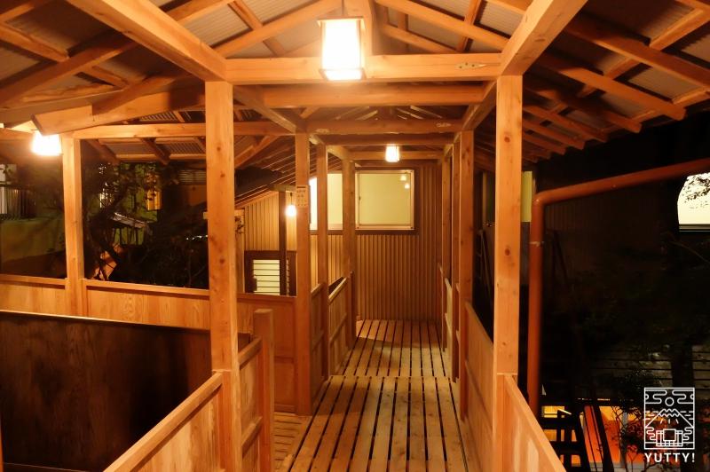 秘境温泉【油山苑】の浴室棟へむかう渡り廊下の写真