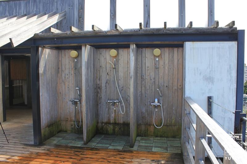 舘山寺サゴーロイヤルホテルの屋上の露天風呂「飛天」のシャワーブースの写真