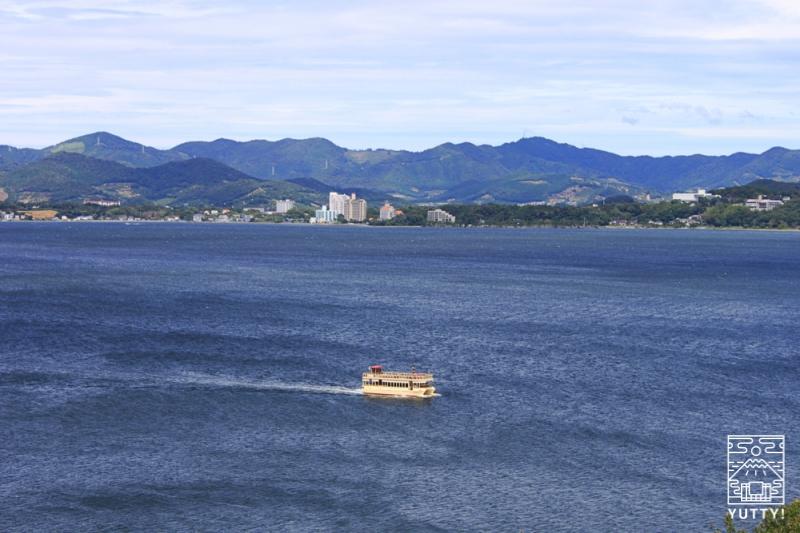 舘山寺サゴーロイヤルホテルの露天風呂「飛天」から見える浜名湖遊覧船の写真