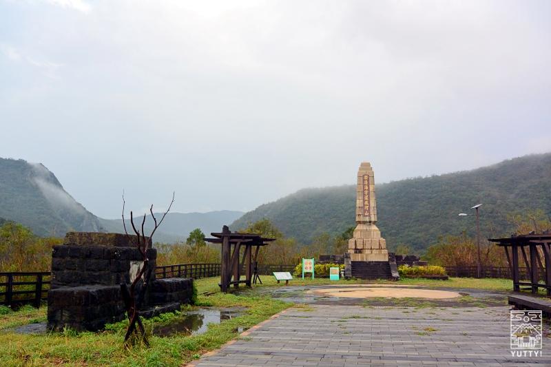 忠魂碑の跡と慰霊碑の写真