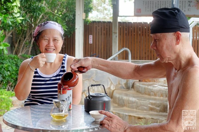 お茶を楽しむ常連客の皆さんの写真