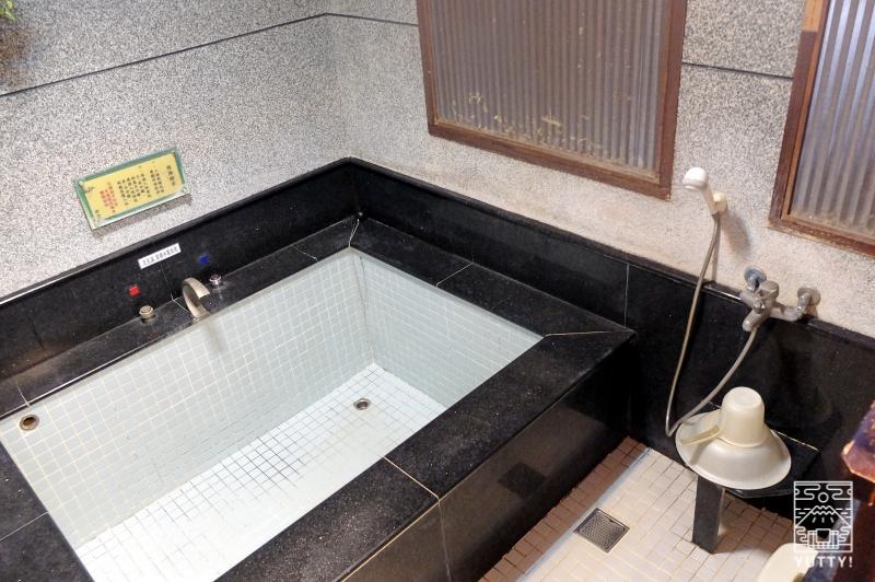 四重渓温泉 清泉日式温泉旅館「日式湯屋」の湯船とカランの写真