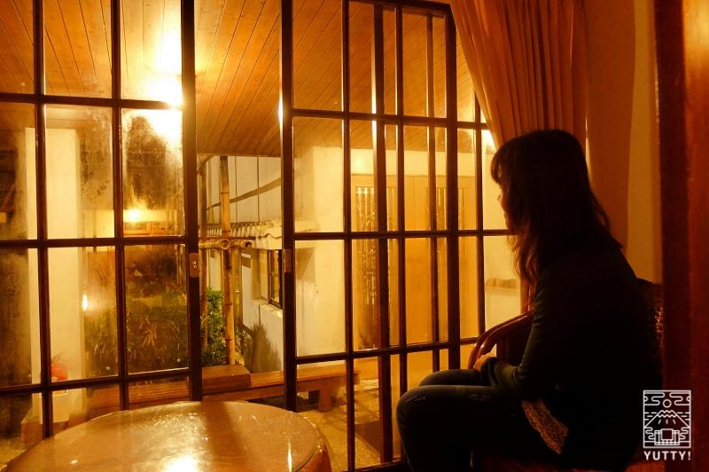四重渓温泉 清泉日式温泉旅館の和室の縁側に座った女性の写真