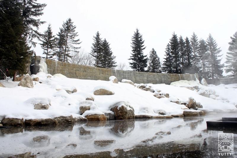 十勝川温泉第一ホテル「森の清流・滝壺の湯」の大浴場の外にある滝の写真