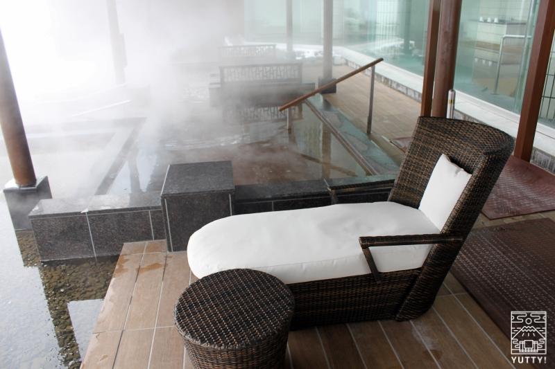 十勝川温泉第一ホテル「森の清流・滝壺の湯」の浴槽横のリクライニングチェアーの写真