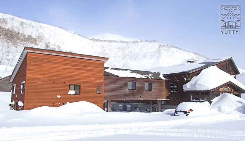 雪が積もっている五色温泉旅館の外観の写真