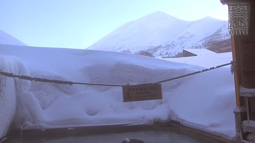 奥にニセコアンヌプリを望む五色温泉旅館の露天風呂の写真