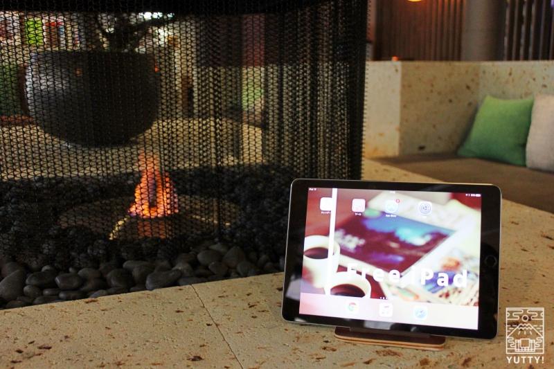 静岡天然温泉 おふろcafe bijinyu 美肌湯  の暖炉脇にある液晶タブレットの写真