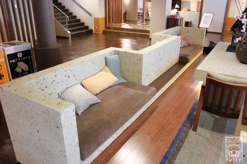 静岡天然温泉 おふろcafe bijinyu 美肌湯  のソファーの写真