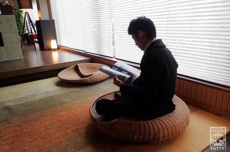 「あぐら専用座椅子」に座っている男性の写真