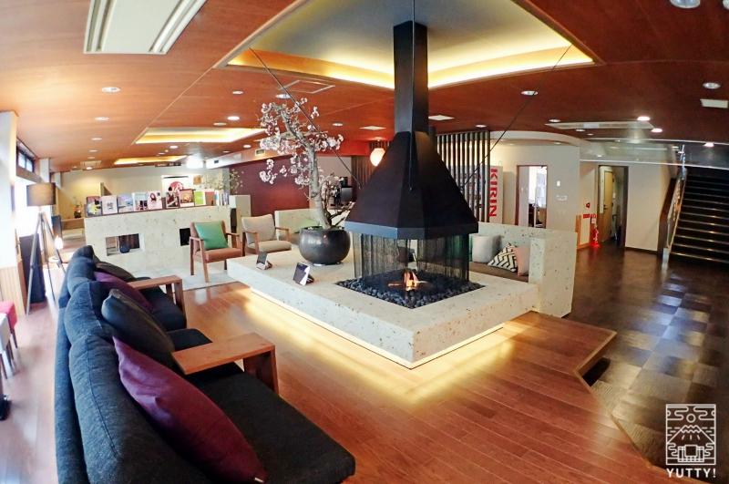 静岡天然温泉 おふろcafe bijinyu 美肌湯  の暖炉とソファーの写真
