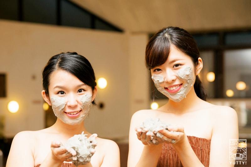 静岡天然温泉 おふろcafe bijinyu 美肌湯  の「温泉泥パック」をお肌につけている女性の写真
