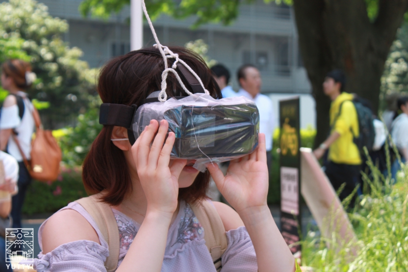 VRゴーグルをつけている女性の写真