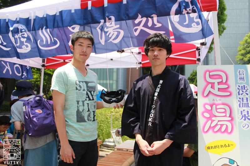 VR足湯企画の、OKR側担当者野崎さん(右)と、UT-virtual側担当者の松迫さん(左)の写真