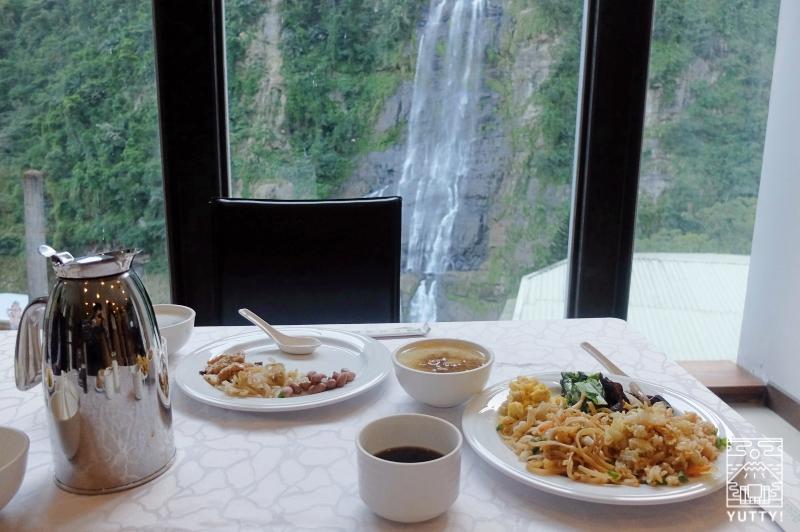 那魯灣溫泉渡假飯店の食事中でも見える「烏来瀑布」の写真