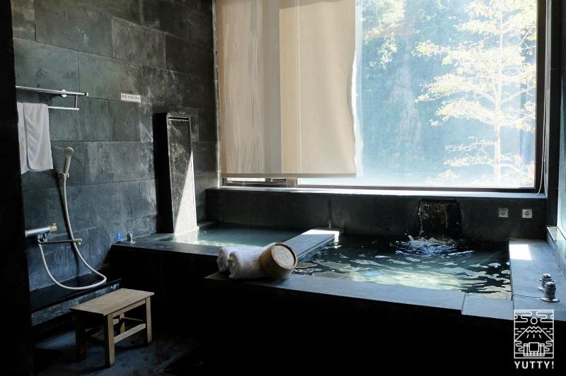 那魯灣溫泉渡假飯店の浴槽の写真