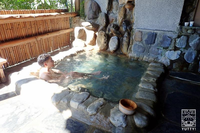 温泉につかる男性の写真