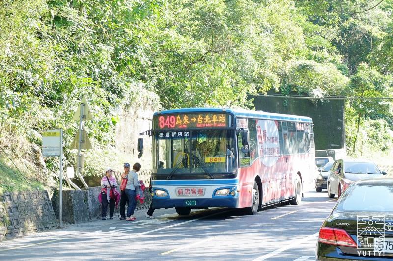 バス停にバスが停車している写真