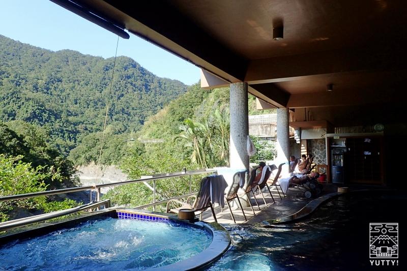 雄大な景色と温泉の写真