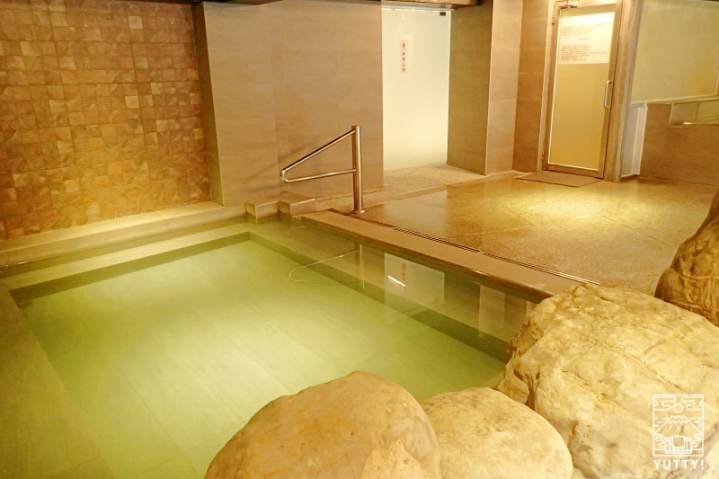 国際岩湯の浴槽の写真