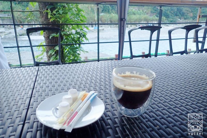 テラスにコーヒーが用意されている写真