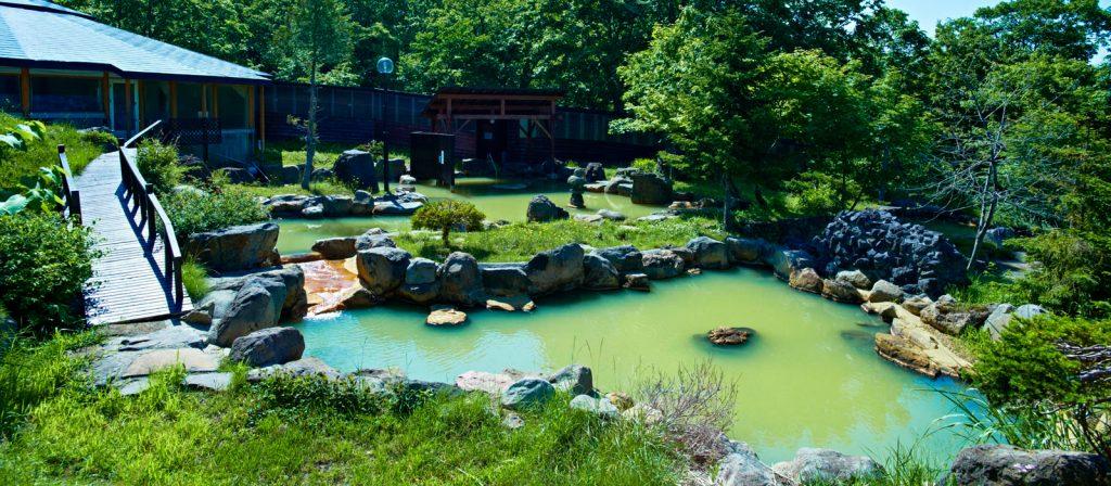 ニセコグランドホテルの夏の庭園風混浴露天風呂の写真